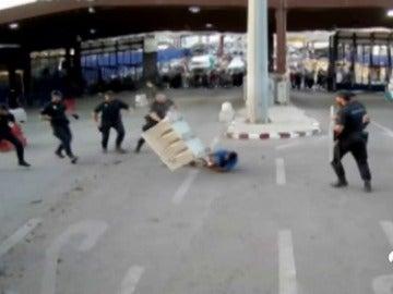 """Detienen a un hombre por herir con un cuchillo a un policía en Melilla al grito de """"Alá es grande"""""""