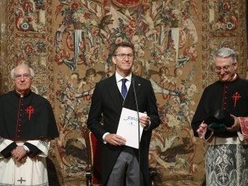 El presidente de la Xunta, Alberto Núñez Feijóo, como delegado regio, al comienzo de invocación en la Ofrenda Nacional en la catedral de Santiago de Compostela