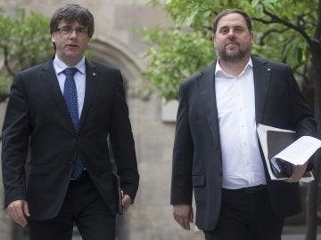 Carles Puigdemont y Oriol Junqueras, en el Parlament catalán