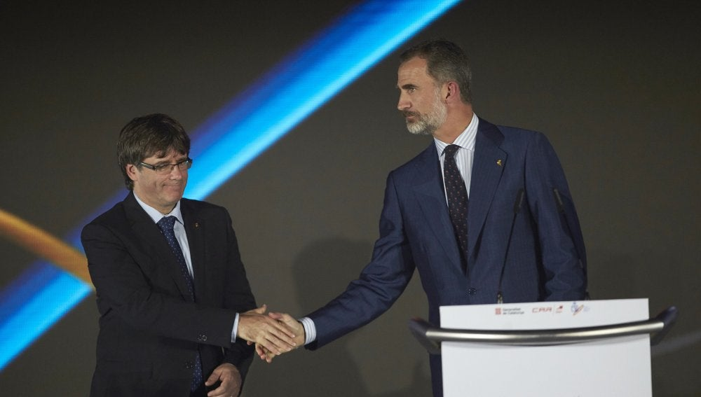 Carles Puigdemont y el rey de España comparten acto