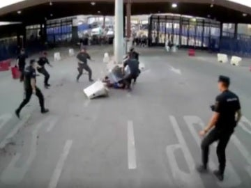 Momento de la detención del atacante en el puesto fronterizo de Melilla