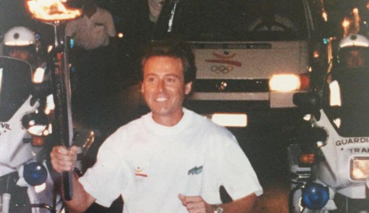Matías Prats recorre la ciudad con la antorcha olímpica de Barcelona 92