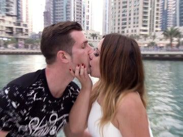 Elena, muy atrevida, se lanza a los labios de Miguel Ángel