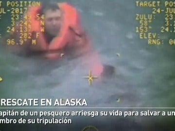 El capitán de un pesquero arriesga su vida para rescatar a uno de sus marineros en las heladas aguas de Alaska