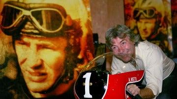 Ángel Nieto, subido en su moto con el número '1'