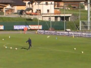 Mihajlovic, tirando faltas en un entrenamiento