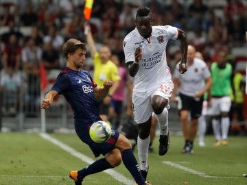 Mario Balotelli intenta llevarse el balón ante el defensor del Ajax