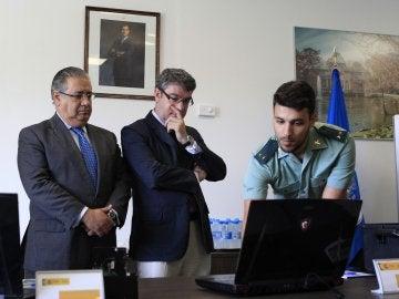 Los ministros del Interior, Juan Ignacio Zoido (d), y de Energía, Turismo y Agenda Digital, Álvaro Nadal, a su llegada al Centro Tecnológico de Seguridada, en El Pardo (Madrid)