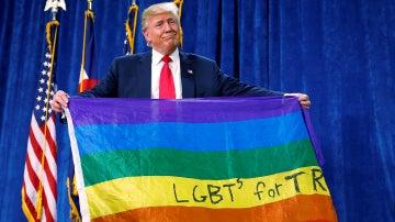 Donald Trump con la bandera LGTB | Archivo