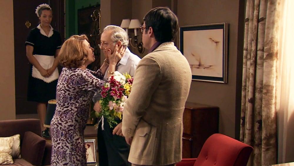 Ana María confunde a Pelayo por Enrique y le besa