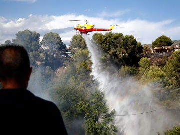 Un avión de extinción apagando un incendio