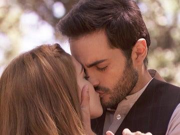 El apasionado beso entre Saúl y Julieta