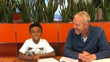 El hijo de Kluivert firma su primer contrato con Nike con sólo nueve años