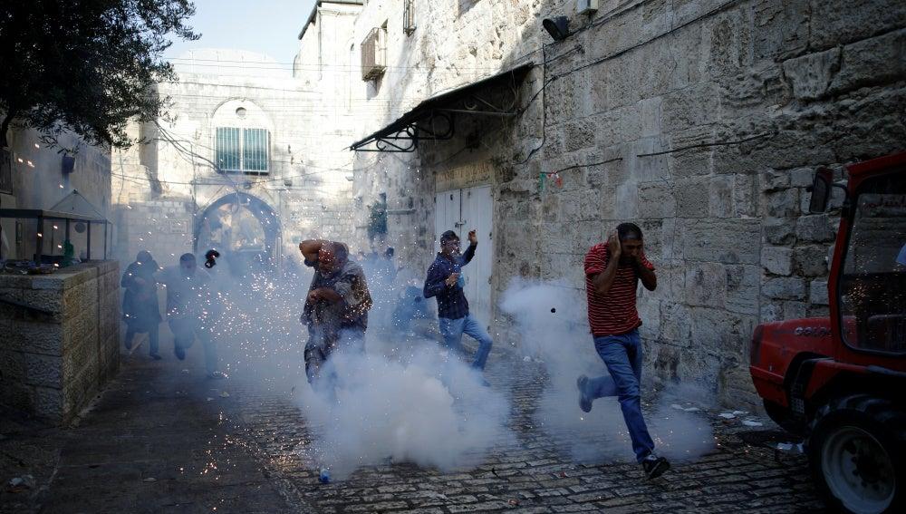 Decenas de heridos en nuevos choques en Al Aqsa entre palestinos e israelíes