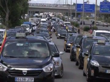 Los taxistas de Barcelona inician una huelga con la que prevén colapsar El Prat y el puerto