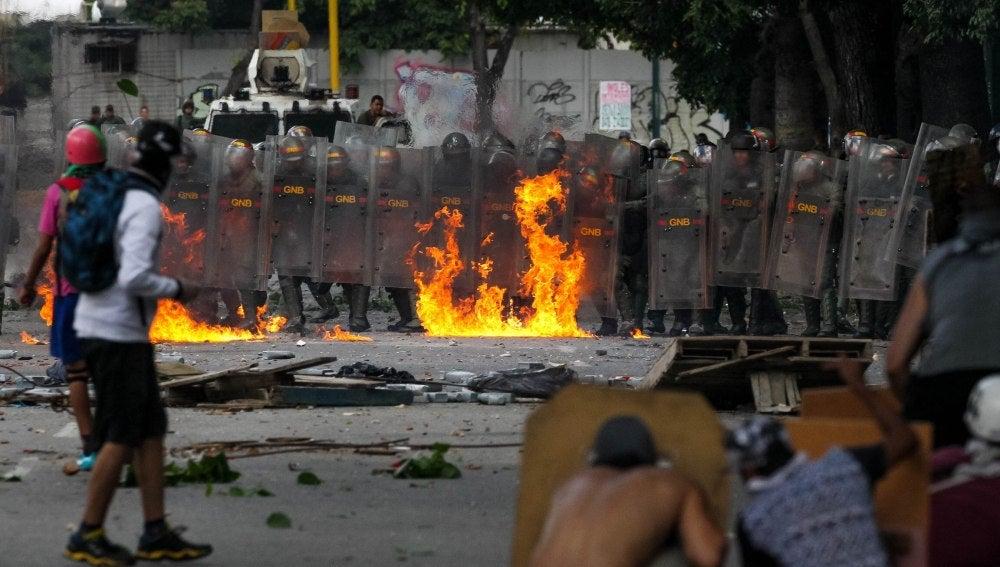 Manifestantes opositores se enfrentan con miembros de la Guardia Nacional Bolivariana