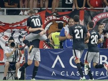 Los jugadores del Athletic celebran el gol logrado en Bucarest