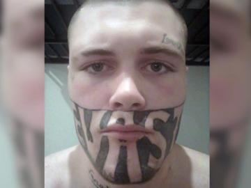 Un tatuaje que cubre más de la mitad de su cara se convierte en su gran problema