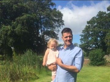 El padre junto a su hija Megan