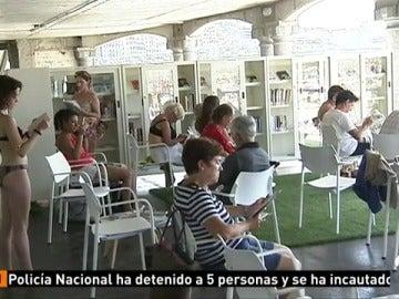 La playa de La Concha abre un biblioteca a pie de playa para los bañistas