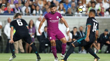 Agüero intenta avanzar con el balón ante la defensa de Nacho y Casemiro