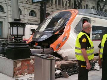 Tren de cercanías que ha chocado contra el final de la vía