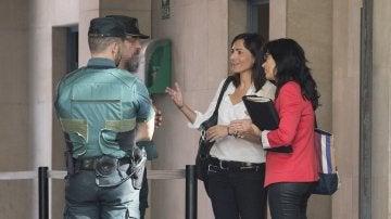 La jefa de comunicación de la consellería de Exteriors de la Generalitat, Anna Molas a su llegada a la Comandancia de Grácia en Barcelona