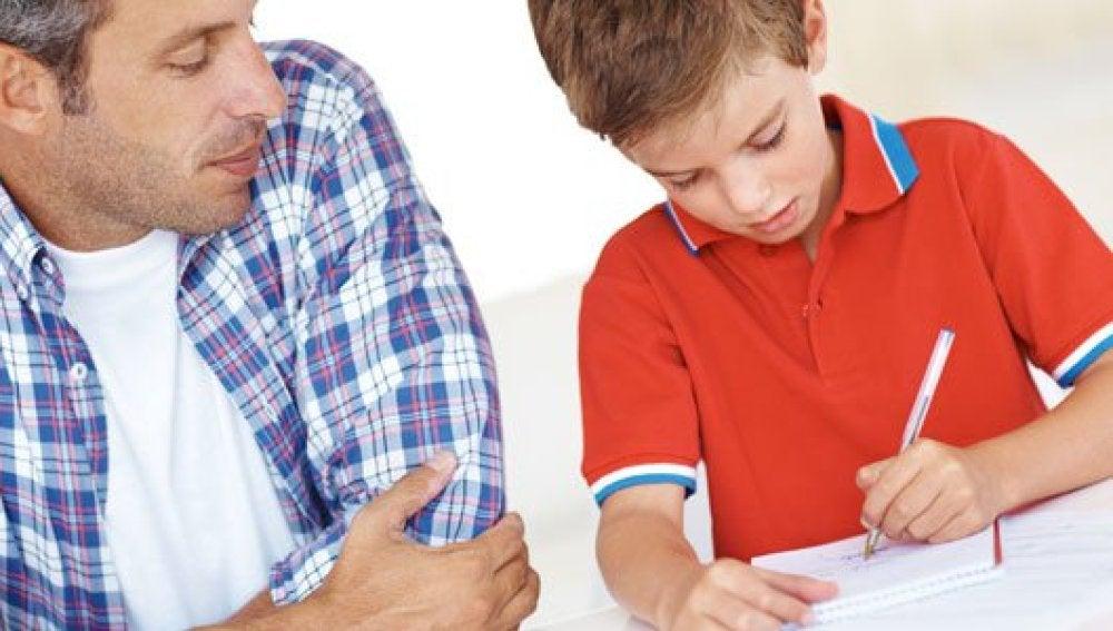 Niño estudia con su padre