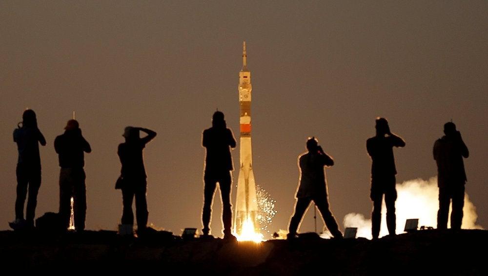Momento en el que la nave tripulada rusa Soyuz MS-05 despega