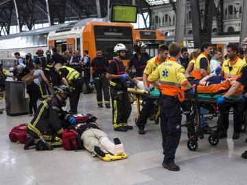 Medio centenar de heridos en el choque de un tren en Barcelona