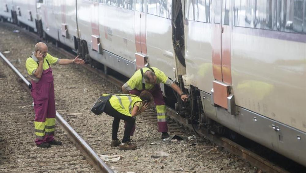 Técnicos de Renfe revisan el tren accidentado en Barcelona