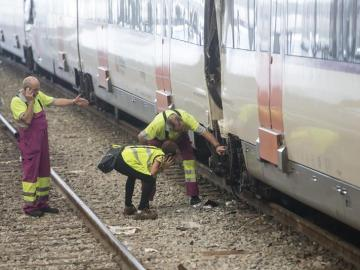 Técnicos de Renfe revisan el tren accidentado en Barcelona