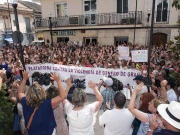 Centenares de personas se concentran en el centro de Maracena en apoyo a Juana Rivas