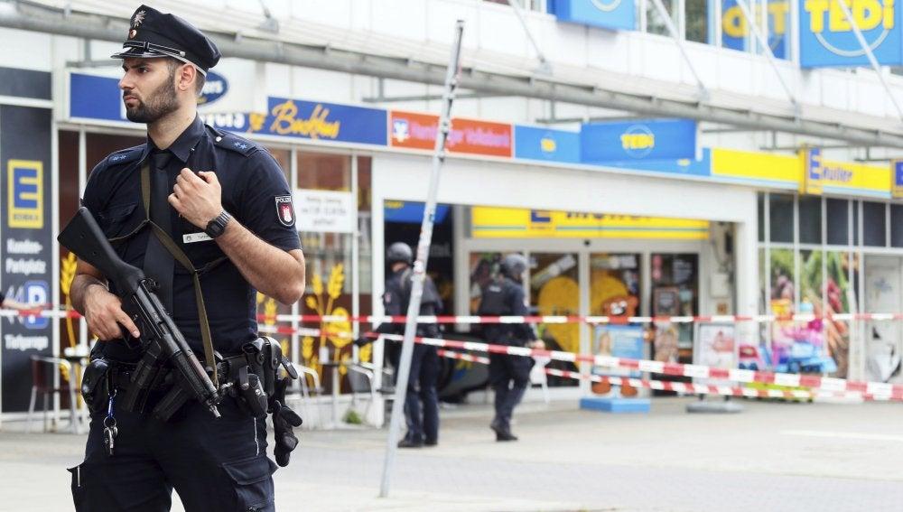 a policía monta guardia frente al supermercado atacado en Hamburgo