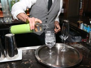 Camarero sirviendo copas en un pub