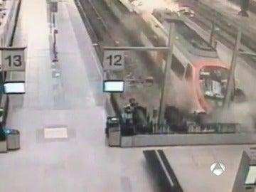 Las imágenes de la cámara de seguridad muestran el momento del choque del tren de Barcelona