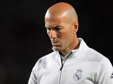 Zinedine Zidane, cabizbajo en un partido del Real Madrid