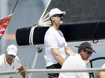 El Rey Felipe VI navegando en el Aifos