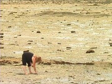Los turistas furtivos suponen un problema para las marisqueras gallegas, que pueden perder hasta 1.000 euros al día