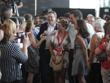 El secretario general del PSOE, Pedro Sánchez, y el líder de los socialistas valencianos, Ximo Puig  durante la inauguración del congreso del PSPV-PSOE en Elche