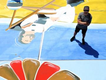 Fernando Alonso posa con el mural de la Fórmula 1