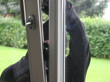 Persona robando en un domicilio