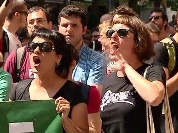 Los Mossos se interponen entre grupos a favor y contra la Guardia Civil en Barcelona