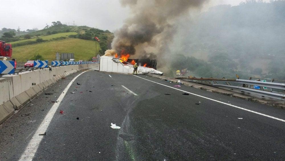 Camión siniestrado en Cantabria
