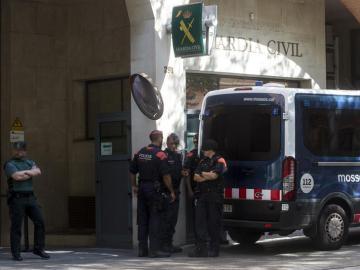 Una furgoneta de los Mossos en la entrada del cuartel de la Guardia Civil en Barcelona
