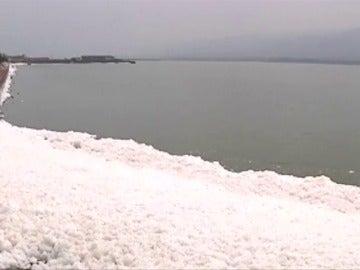 Una capa de espuma cubre los lagos de agua salada en Shanxi, China