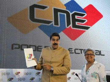 Maduro, junto a la presidenta del CNE, Tibisay Lucena, en la sede del Poder Electoral en Caracas, este 31 de julio.