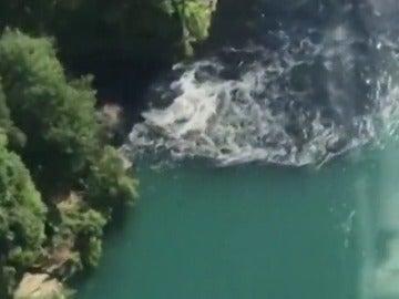 Residuos de carbón tiñen de negro el agua en las Cataratas del Niágara