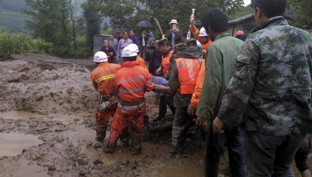 Miembros de los servicios de rescate evacuan a un herido en Sichuan