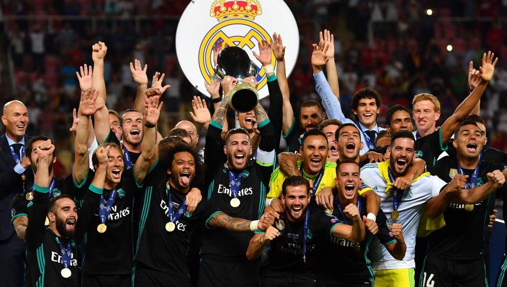 Sergio Ramos alza la Supercopa de Europa con toda la plantilla